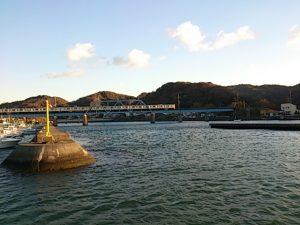 上総湊港 電車と高架橋